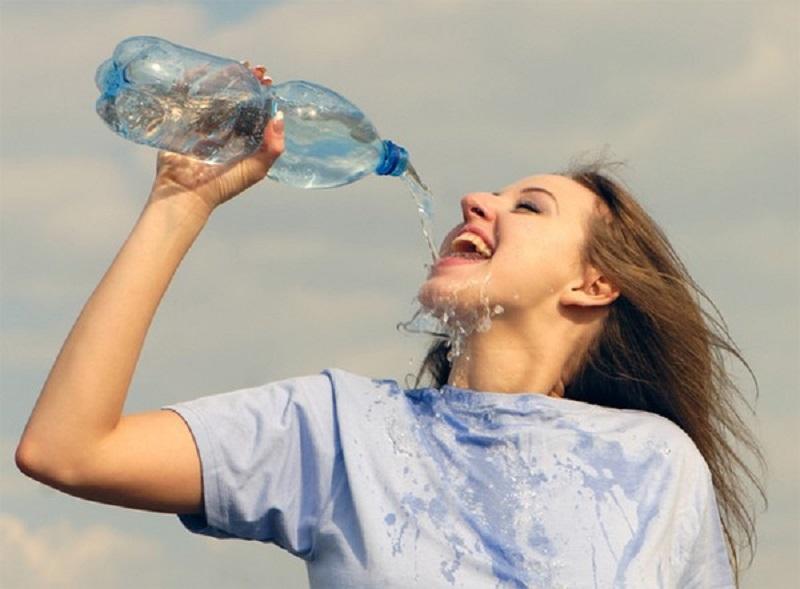 Theo các chuyên gia đã khuyến nghị, mỗi ngày cơ thể cần tối thiểu 2 lít nước