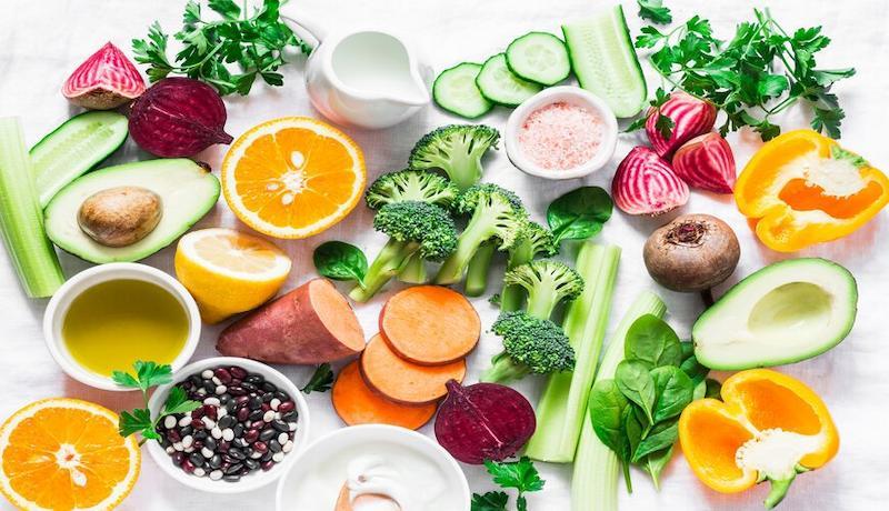 Nên bổ sung nhiều rau xanh và hoa quả tươi hàng ngày