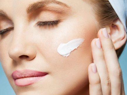 Nên tìm hiểu kỹ sản phẩm kem chỗng lão hóa nâng cơ mặt trước khi sử dụng