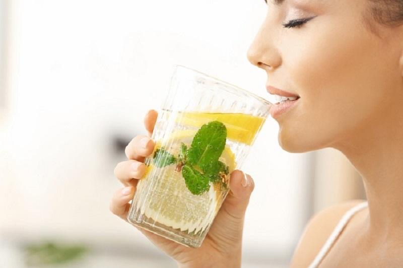 Uống nước chanh giảm axit và tăng thêm sự ngon miệng
