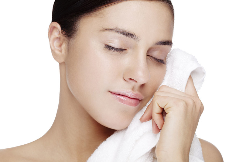 Đắp khăn ấm, khăn lạnh giúp máu lưu thông đều đặn đi nuôi dưỡng làn da