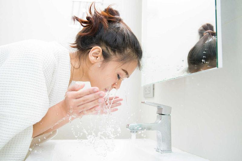 Rửa mặt mỗi ngày để làm sạch làn da