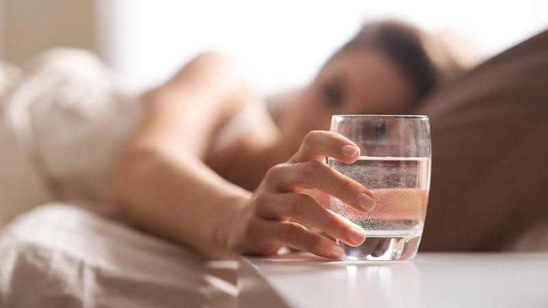 Uống đủ nước hàng ngày giúp bạn có một làn da khỏe khoắn