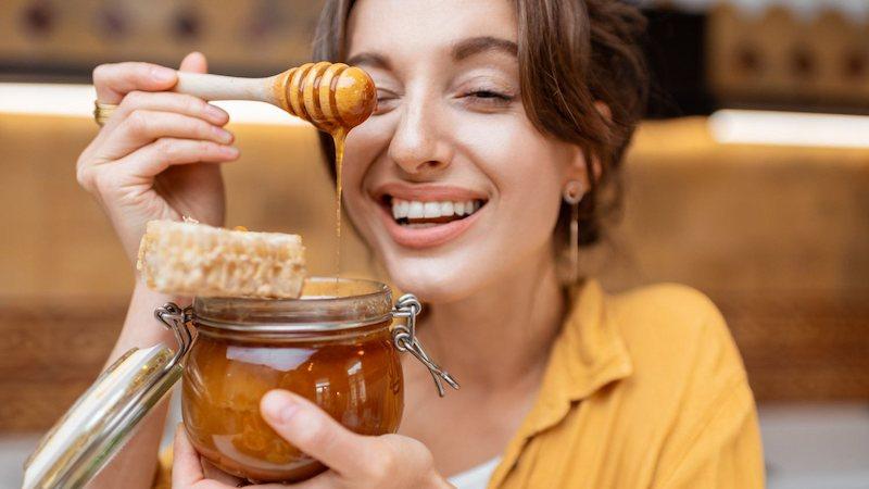 Mật ong có tác dụng bảo vệ da và ngăn ngừa sạm nám rất tốt