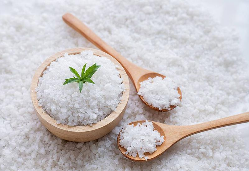 Có thể dùng muối để chăm sóc và bảo vệ da mặt