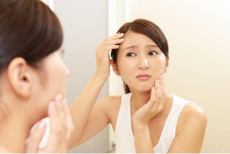 Sử dụng loại nước này thường xuyên là nguyên nhân khiến cho da mặt bị khô ráp, nổi mụn
