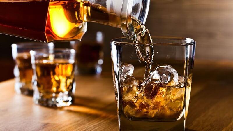 Những loại đồ uống có cồn như rượu, bia thường gây ra những ảnh hưởng nặng nề cho sức khỏe