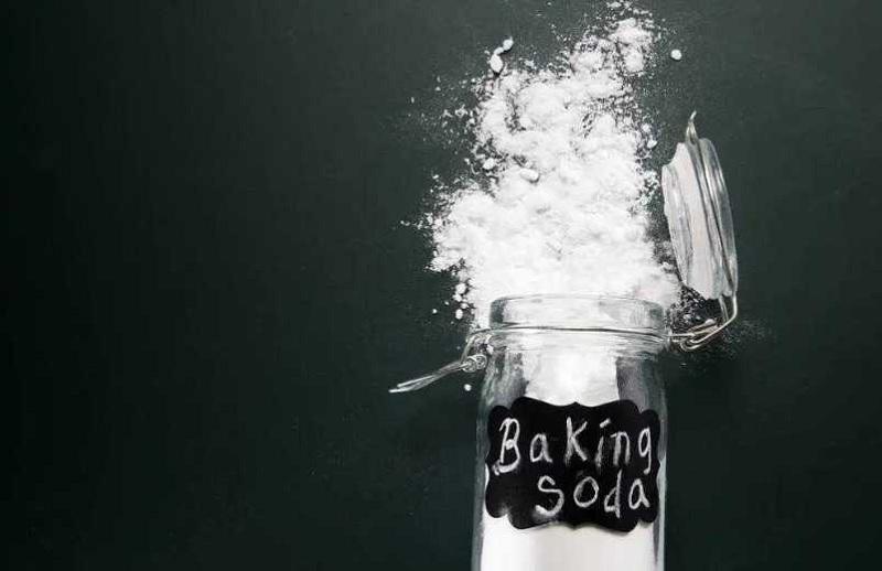 Baking soda khi được đưa vào nước cứng tạm thời sẽ tạo ra phản ứng hóa học giúp làm mềm nước