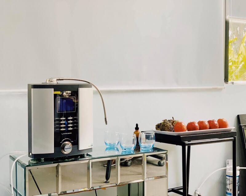 Máy lọc nước điện giải với màng lọc thông minh giúp loại bỏ các khoáng chất dư thừa